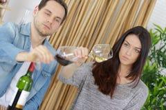 Échantillon de vin de couples sur le divan images stock