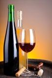 Échantillon de vin dans l'établissement vinicole Images libres de droits