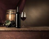 Échantillon de vin dans la cave avec le verre image stock
