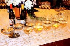 Échantillon de vin, verres de vin et bouteilles de vin Photo stock