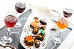 Échantillon des pâtisseries de chocolat de vin et de petit pâté au chocolat Photographie stock libre de droits