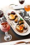 Échantillon des pâtisseries de chocolat de vin et de petit pâté au chocolat Photo stock