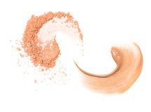 Échantillon deux beige en spirale de base et de poudre d'isolement sur le fond blanc photo libre de droits