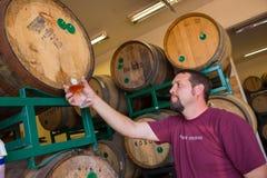 Échantillonnage et bières âgées par baril de Bourbon d'échantillon Photos stock