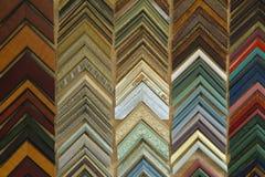 Échantillons colorés de cadre de tableau accrochant sur un mur image libre de droits