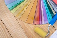 Échantillons colorés de matériaux avec le rouleau de peinture images libres de droits