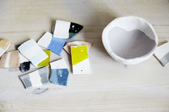 Échantillons d'émail coloré pour la céramique, morceaux en céramique, atelier dans le studio, travail de main-métier Photographie stock libre de droits