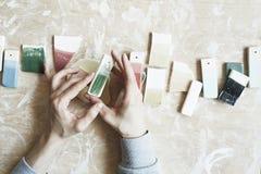 Échantillons d'émail coloré pour la couleur en céramique dans des mains, processus fonctionnant dans le studio, argile, bois, mét Image libre de droits