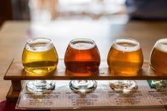 Échantillons de bière alignés pour un échantillon photos stock