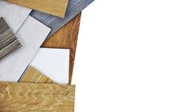 Échantillons de carrelage de stratifié et de vinyle sur le fond en bois dessus photo stock
