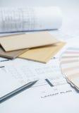 échantillons de couleur et de matériel sur les dessins architecturaux de la maison moderne photographie stock libre de droits