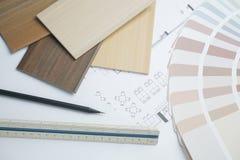 échantillons de couleur et de matériel sur les dessins architecturaux de la maison moderne image stock