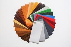 Échantillons de la stratification colorée La palette de couleurs sur la table photographie stock