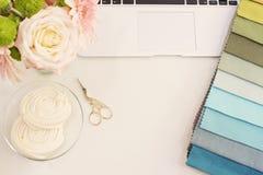Échantillons de tissu sur la table Le concept de lieu de travail de concepteur Fre Image stock