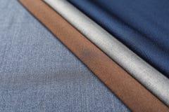 Échantillons de tissu sur le tissu, plan rapproché Photo libre de droits