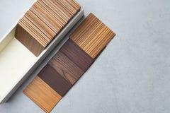 Échantillons du matériel, bois, sur la table concrète Se de conception intérieure Image libre de droits