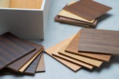 Échantillons du matériel, bois, sur la table concrète Se de conception intérieure Photo stock