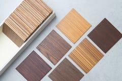 Échantillons du matériel, bois, sur la table concrète Se de conception intérieure Images stock