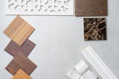 Échantillons du matériel, bois, sur la table concrète Se de conception intérieure Photographie stock libre de droits
