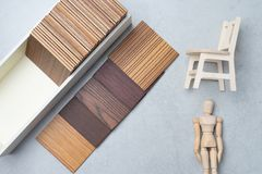 Échantillons du matériel, bois, sur la table concrète Se de conception intérieure Images libres de droits