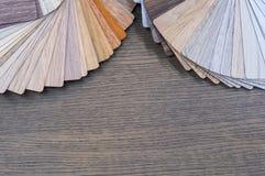 Échantillons en bois pour le stratifié ou les meubles de plancher dans le bâtiment à la maison ou commercial Petits panneaux témo Photos libres de droits