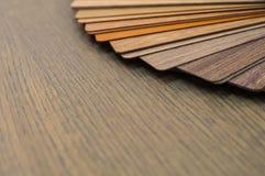 Échantillons en bois pour le stratifié ou les meubles de plancher dans le bâtiment à la maison ou commercial Petits panneaux témo Image stock