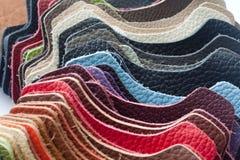 Échantillons en cuir multicolores - plan rapproché Photographie stock libre de droits