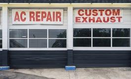 Échappement de coutume de réparation à C.A. de baies d'atelier de réparations automatiques photo libre de droits