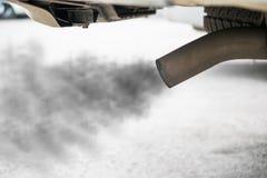 Échappement de voiture noire, concept de pollution atmosphérique photos stock