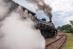 Échappements locomotifs de plan rapproché de train de vapeur photos stock