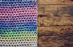 Écharpe colorée à crochet sur la table en bois Photographie stock