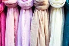 Écharpe colorée sur le marché images libres de droits