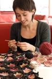 Écharpe de jeune de fille sourire et de crochet Image stock