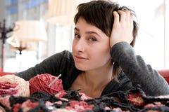 Écharpe de jeune de fille sourire et de crochet photo libre de droits