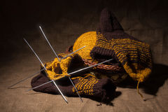 Écharpe de laine avec des pointeaux de tricotage. Images stock