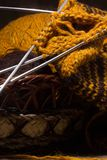 Écharpe de laine avec des pointeaux de tricotage. Images libres de droits