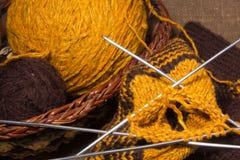 Écharpe de laine avec des pointeaux de tricotage. Photographie stock libre de droits