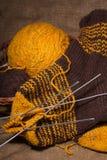 Écharpe de laine avec des pointeaux de tricotage. Image libre de droits