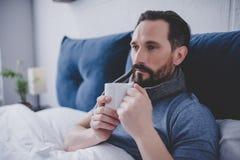 Écharpe de laine d'homme dans le lit photos libres de droits