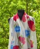 Écharpe en soie peinte à la main Photo libre de droits