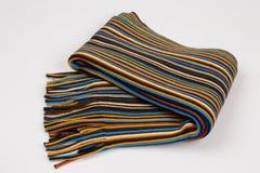 Écharpe rayée colorée sur un fond blanc images libres de droits