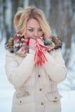 Écharpe rouge d'hiver de fille blonde de portrait photos stock