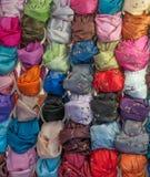 Écharpes colorées dans un modèle de grille photo libre de droits
