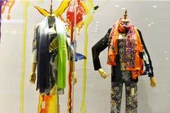 Écharpes colorées et modelées dans la fenêtre de boutique Photographie stock