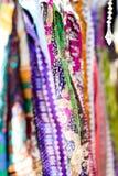 Écharpes colorées par Indien photo stock