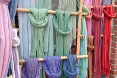 Écharpes colorées sur l'affichage en bambou Photographie stock libre de droits