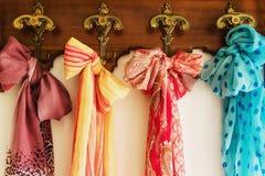Écharpes colorées sur le cintre antique photographie stock