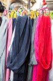 Écharpes colorées sur le marché Photo stock
