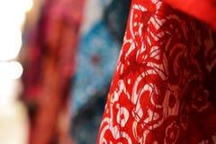 Écharpes de tissu et de cachemire dans l'acre, Akko, marché avec des épices et des produits arabes locaux, Israël du nord images stock