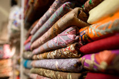 Écharpes en soie colorées images libres de droits
